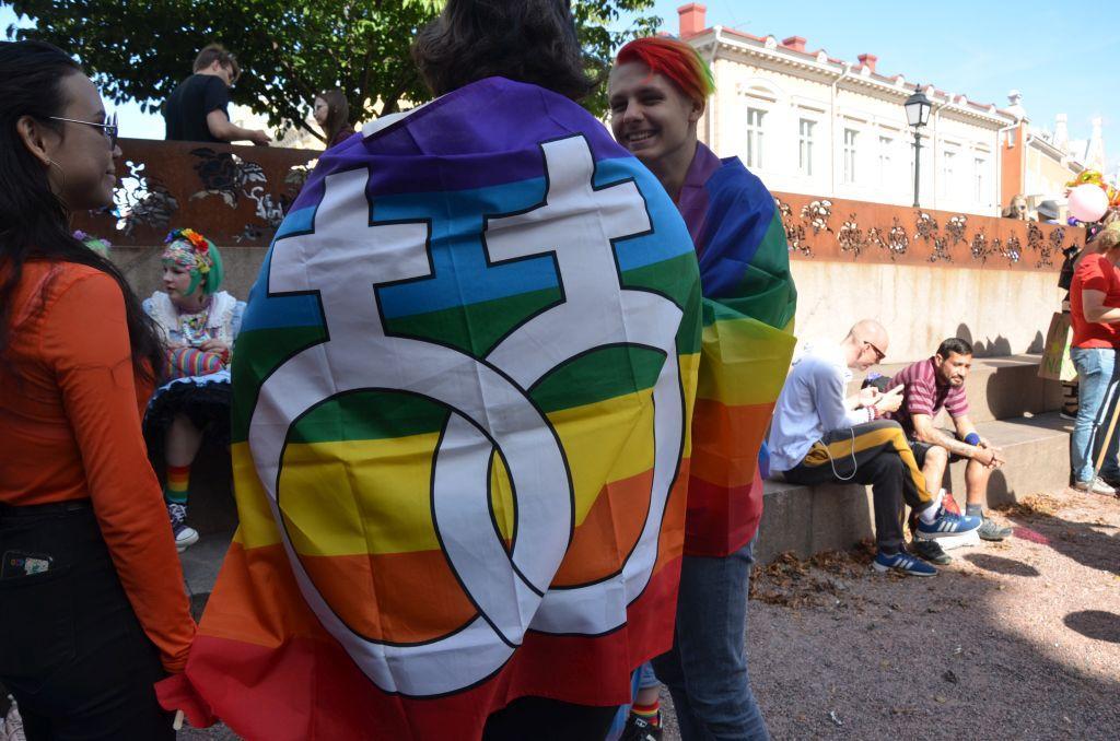 En lesbisk flagga draperad över en persons axlar