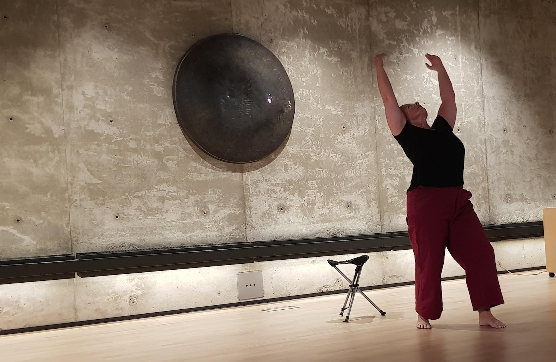Kvinna dansar på scen