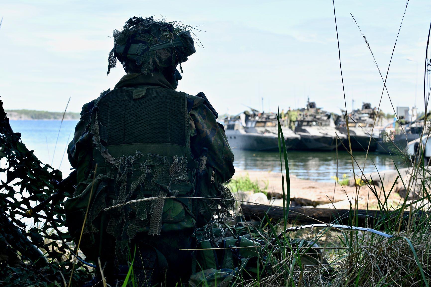 En soldat tittar ut över vattnet