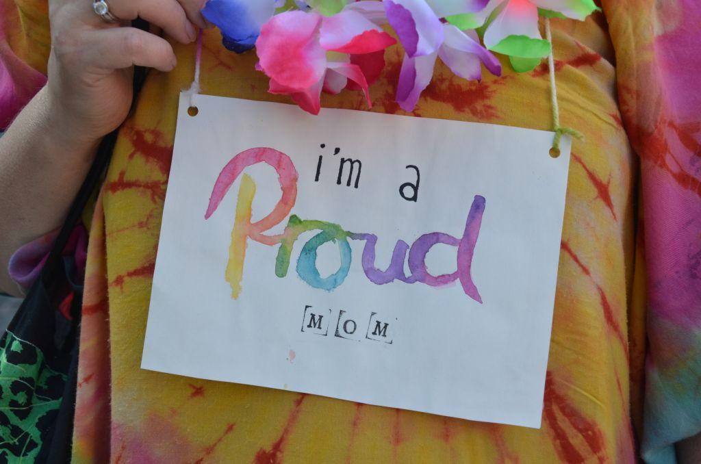 """En skylt med texten """"I am a proud mom""""."""