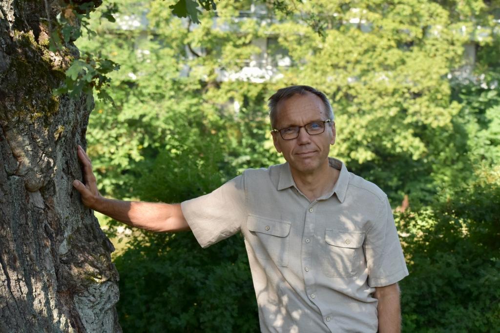Björn Vikström, avgående biskop i Borgå stift, är glad över sin flytt tillbaka till Åbo. – Det är jätteroligt att som 56-åring få flytta till ett nytt ställe, att inreda sitt hem och att hitta nya joggingrutter, säger Vikström som är född i Åbo.. Foto: Mikael Piippo/SPT