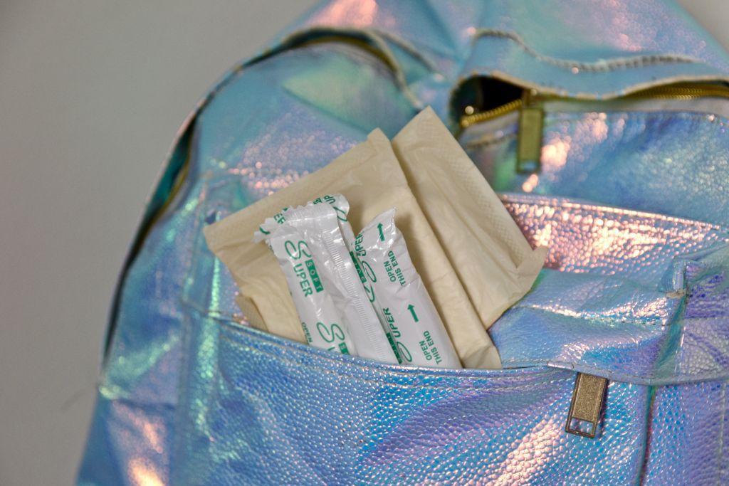 bindor och tamponger i en ryggsäck