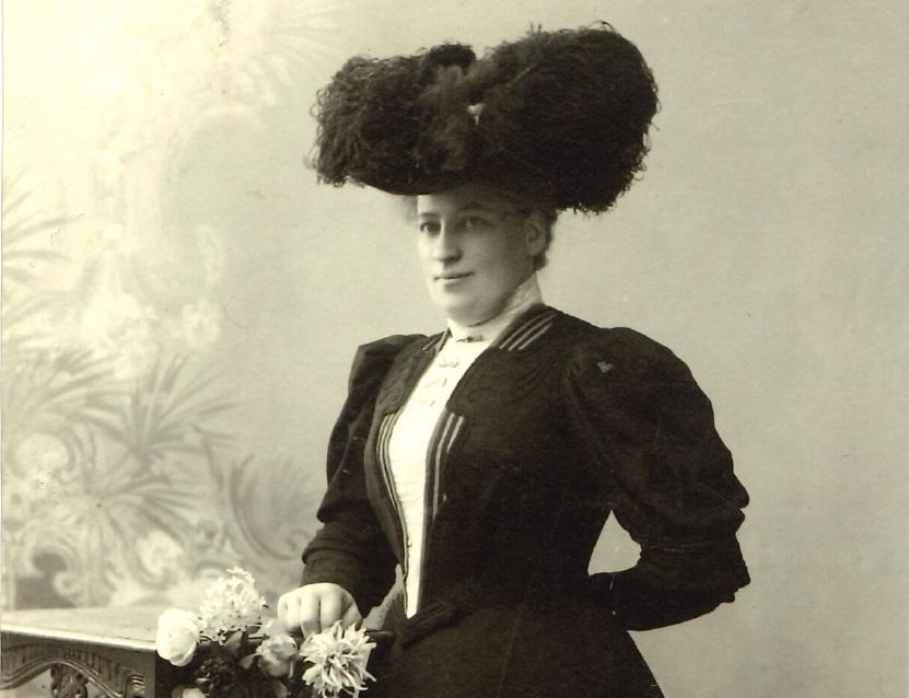 Gammalt foto på kvinna i hög hatt