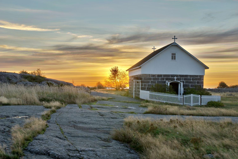 Ett kapell i skärgårdsmiljö