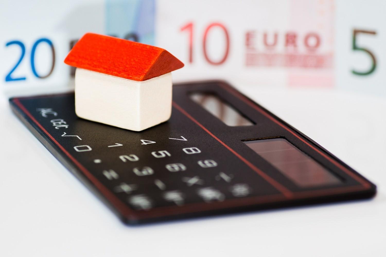 Ett litet hus på en räknare.