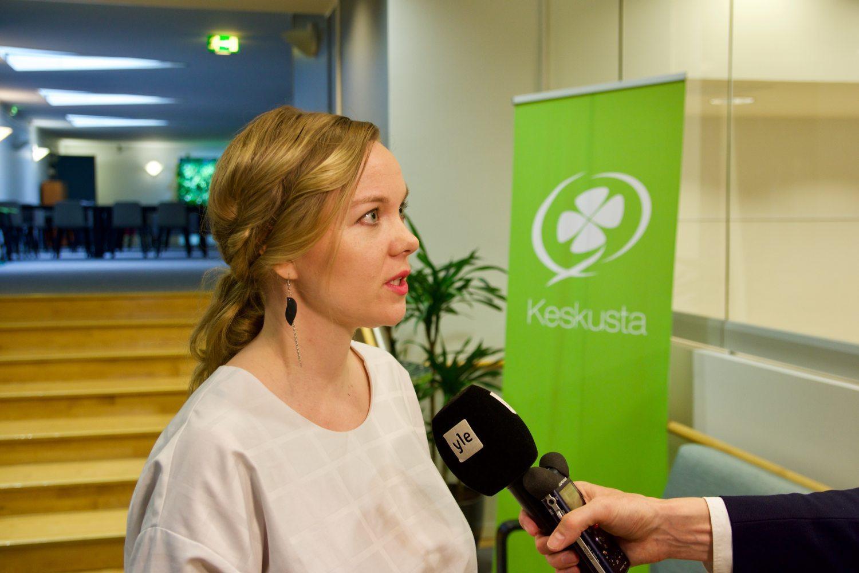 Kvinna intervjuas. Centerns logga i bakgrunden.