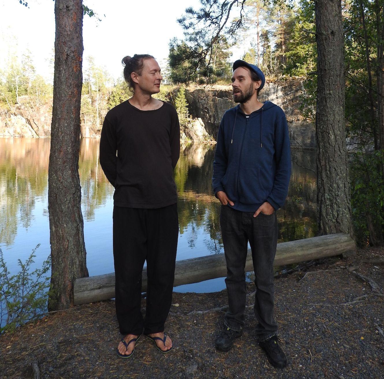Två män vid en vattenfylld gruva