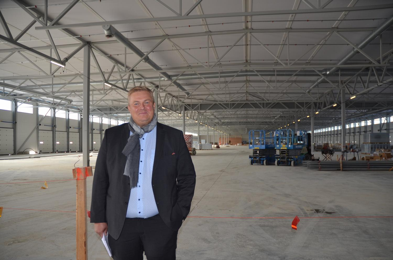 Logistikföretags vd i enorm hall