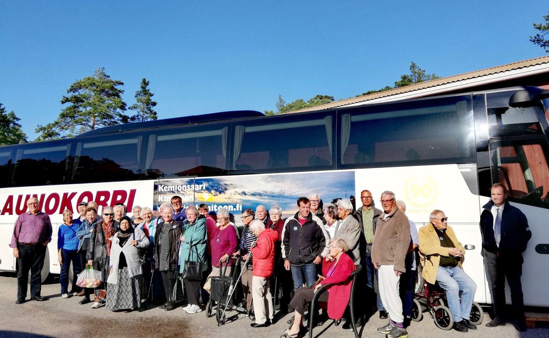 Ett gäng pensionärer utanför en buss