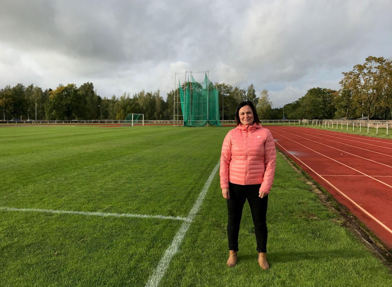 En kvinna vid en fotbollsplan