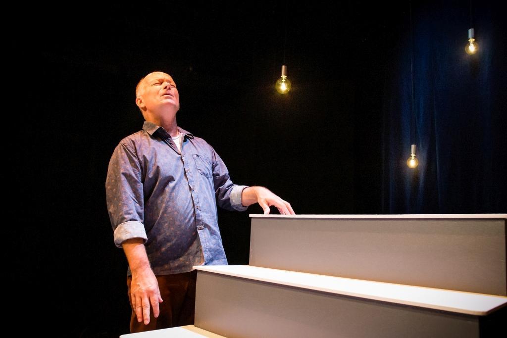 """Bror Österlund gör en utmanande interaktiv monolog i Åbo svenska teaters """"Allt som är underbart"""". Foto: Pette Rissanen, ÅST"""