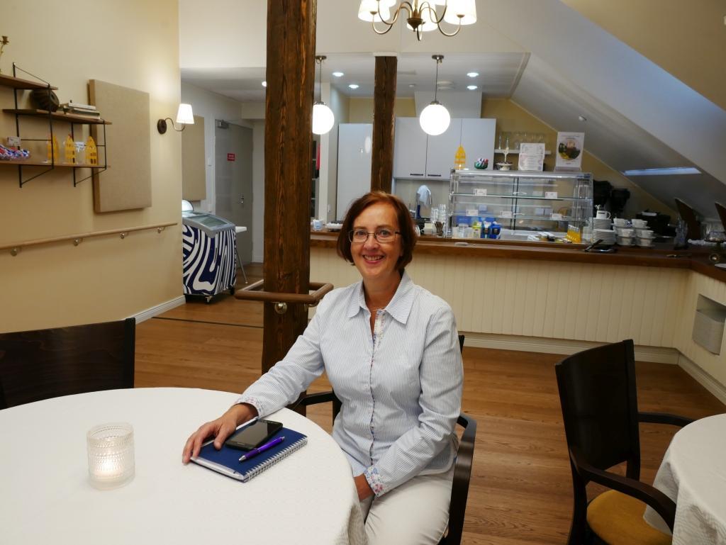 Ann-Mari Backman lämnar vd-skapet för Hemmet i Åbo den 30 september. Här är hon i den nyrenoverade lokalen Villa Vindens café.