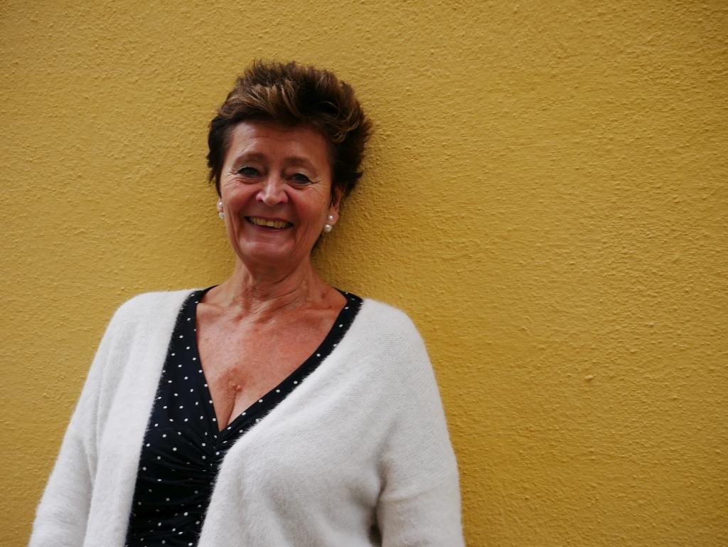 Johanna Ringbom behandlar åldrandet ur många olika synvinklar i sin nya föreställning. Hon fyllde själv 71 i juli och har arbetat med sin egen teater i 20 år. Foto: Annina Suominen