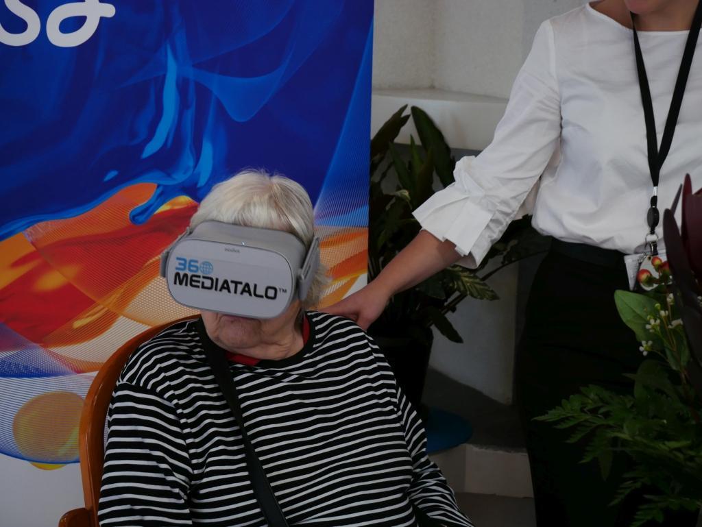Virtuellt någon annanstans. Servicecentret Rosenkvarterets invånare fick testa VR-glasögon som visade dem en 360 graders vy över Aura å.