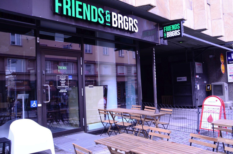 Ingången och uteserveringen till restaurang Friends&brgrs i Åbo