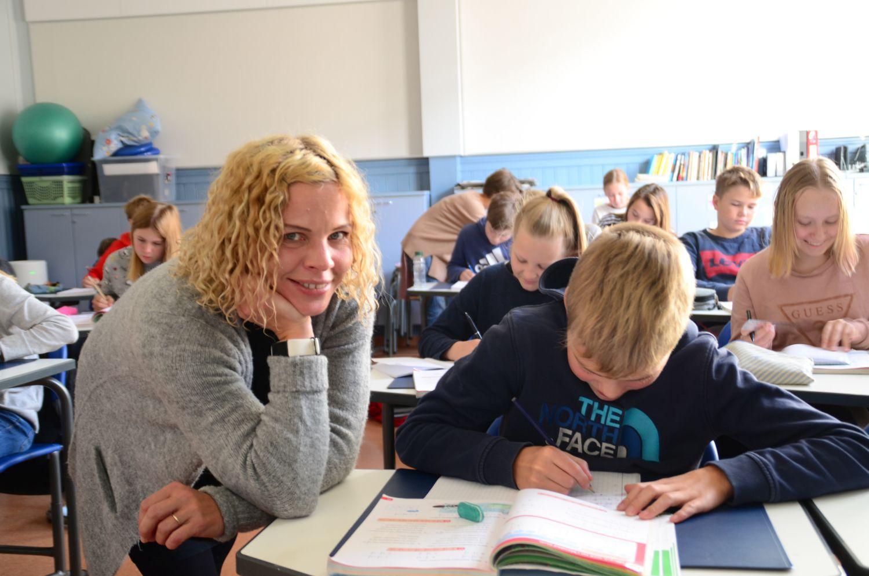 En kvinna i ett klassrum.