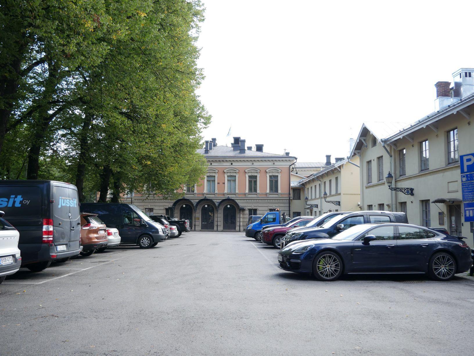 En parkeringsplats mewd stadshuset i bakgrunden