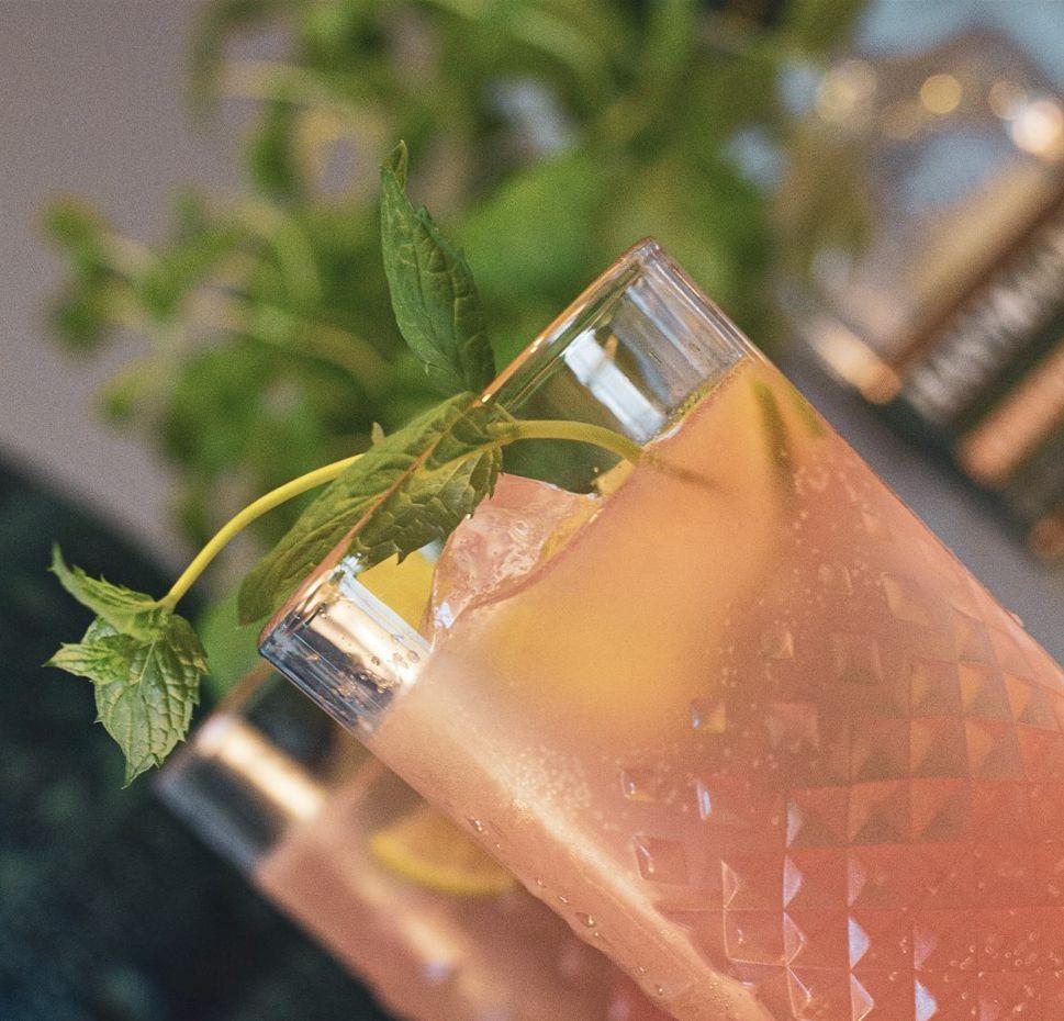 Drinkglas med en rosa dryck.