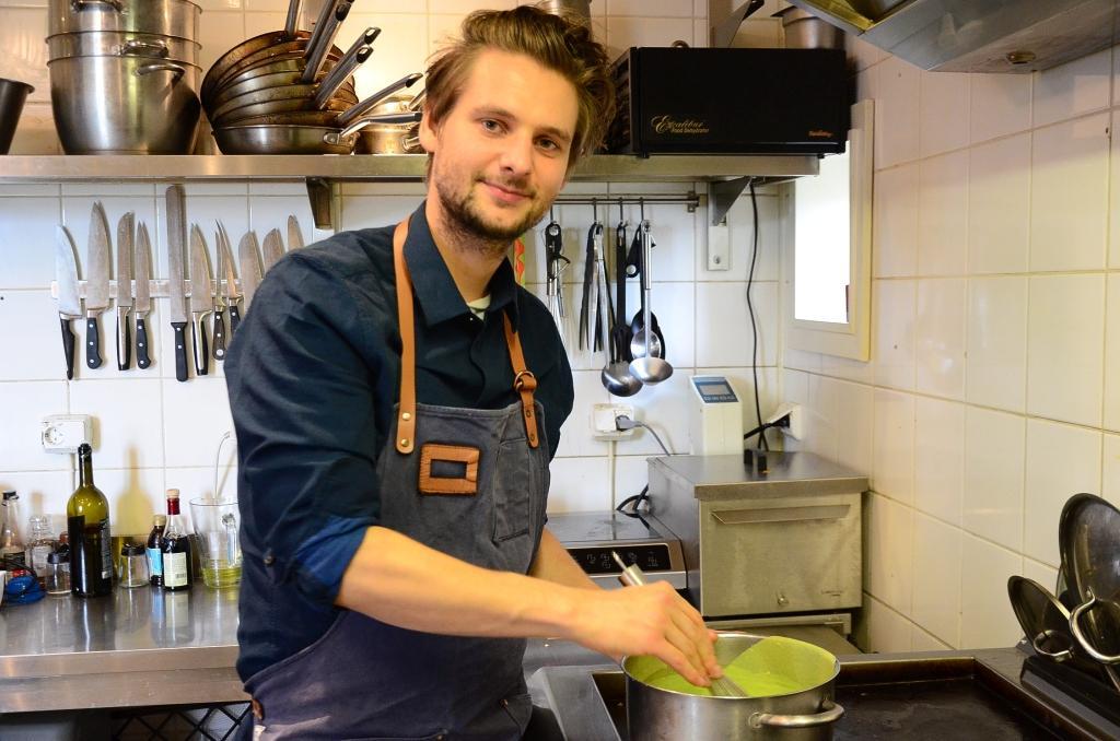 William Hellgren är utbildad kock och driver restaurangen Backpocket i Hotel Nestor i Korpo. Han gästspelar en helg som kock i Åbo.
