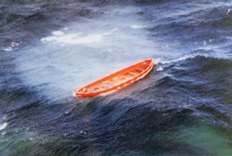 Räddningsflotte på stormigt hav