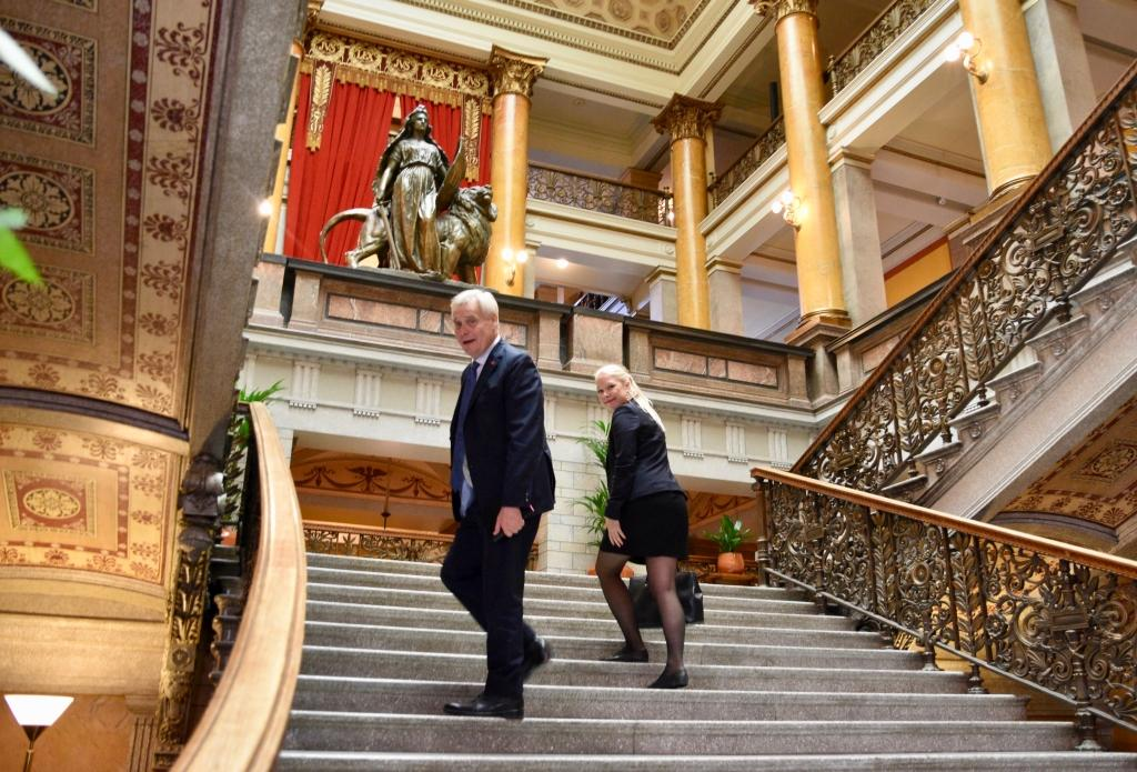 Statsminister Antti Rinne (SDP) med specialmedarbetaren Tuulia Pitkänen under regeringens budgetförhandlingar i Ständerhuset. Spt