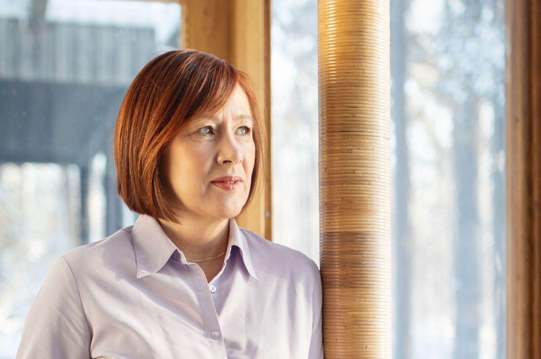 Kvinna framför fönster
