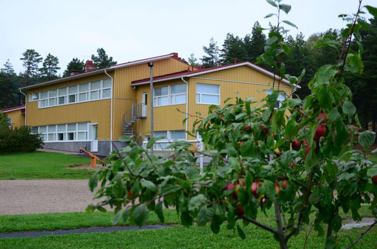 gult skolhus, ligger i byn Träsk i Houtskär