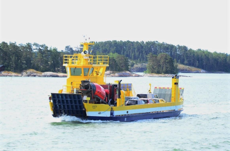 Gul förbindelsebåt kör på vattnet
