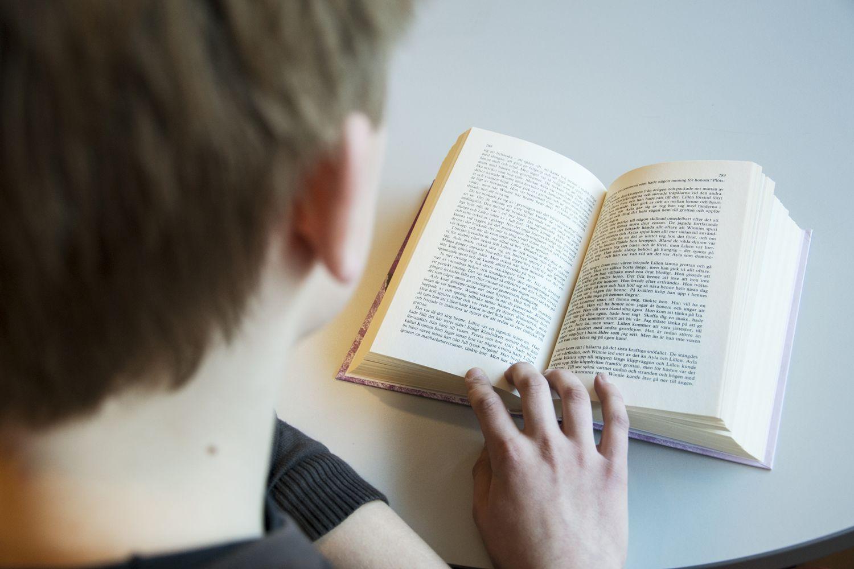 En pojke som läser en bok