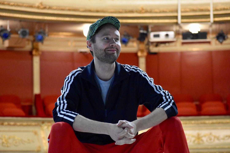 en man sitter i en teater