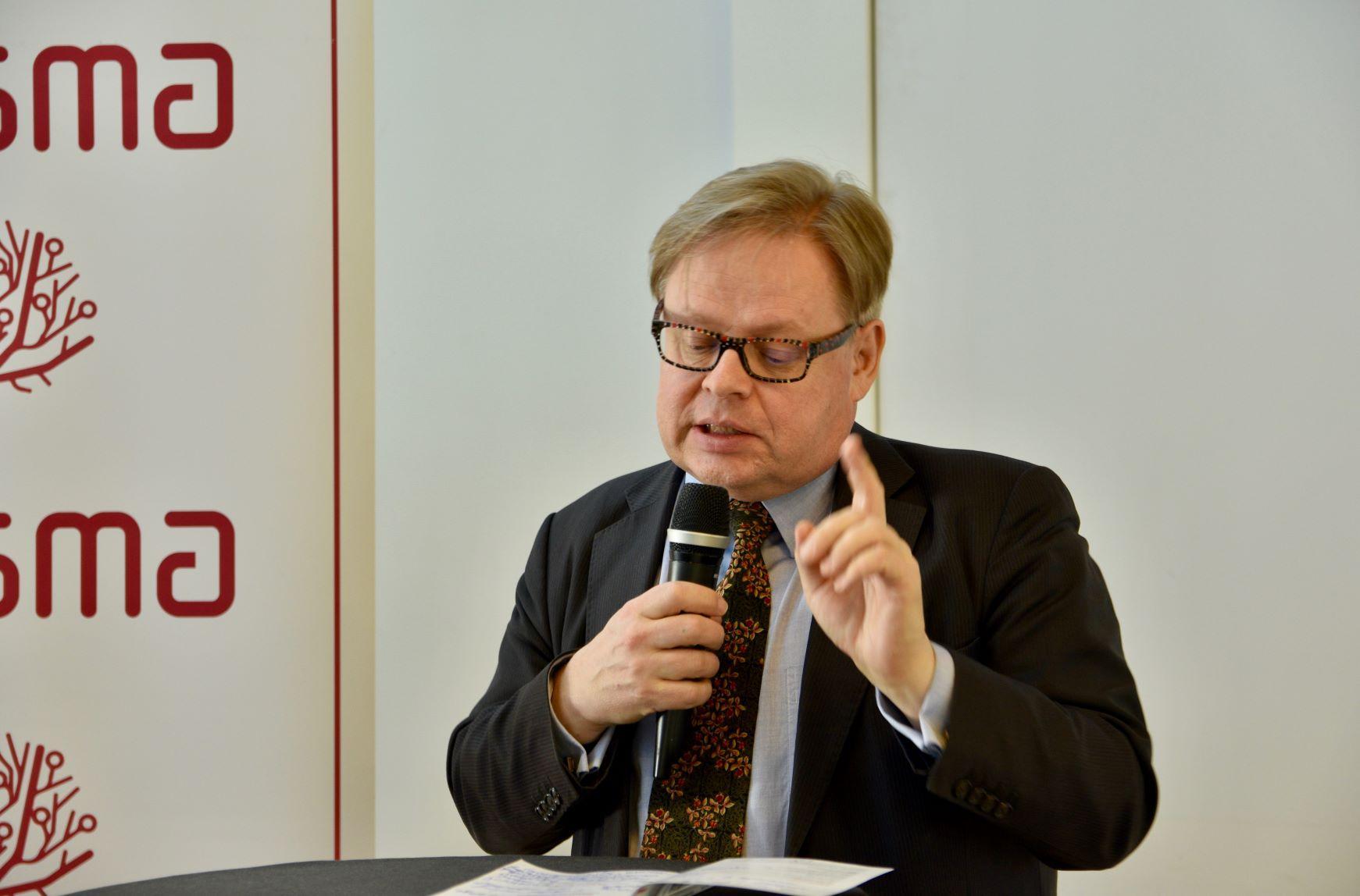 En man sitter med mikrofon
