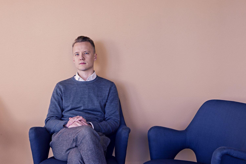 En man som sitter i en stol.