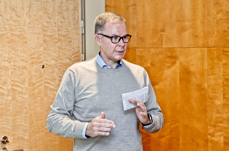 En man med ett papper i handen.