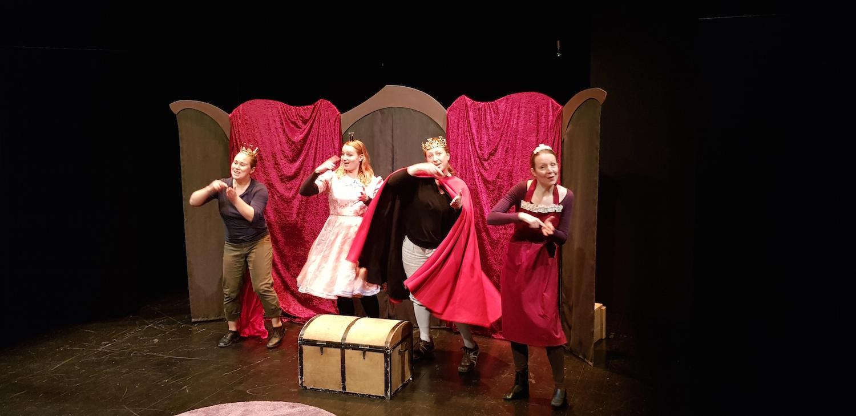 Fyra kvinnliga skådespelare, som tecknar finlandssvenskt teckenspråk