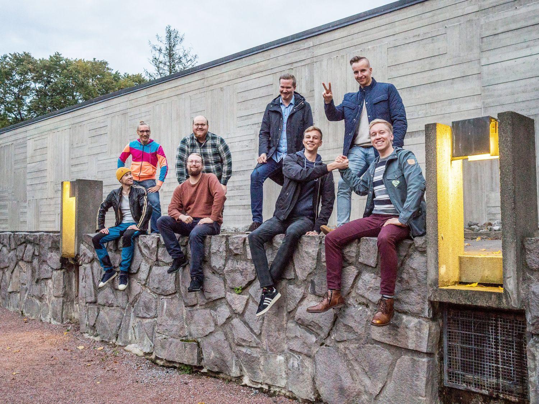Män som sitter på en mur.