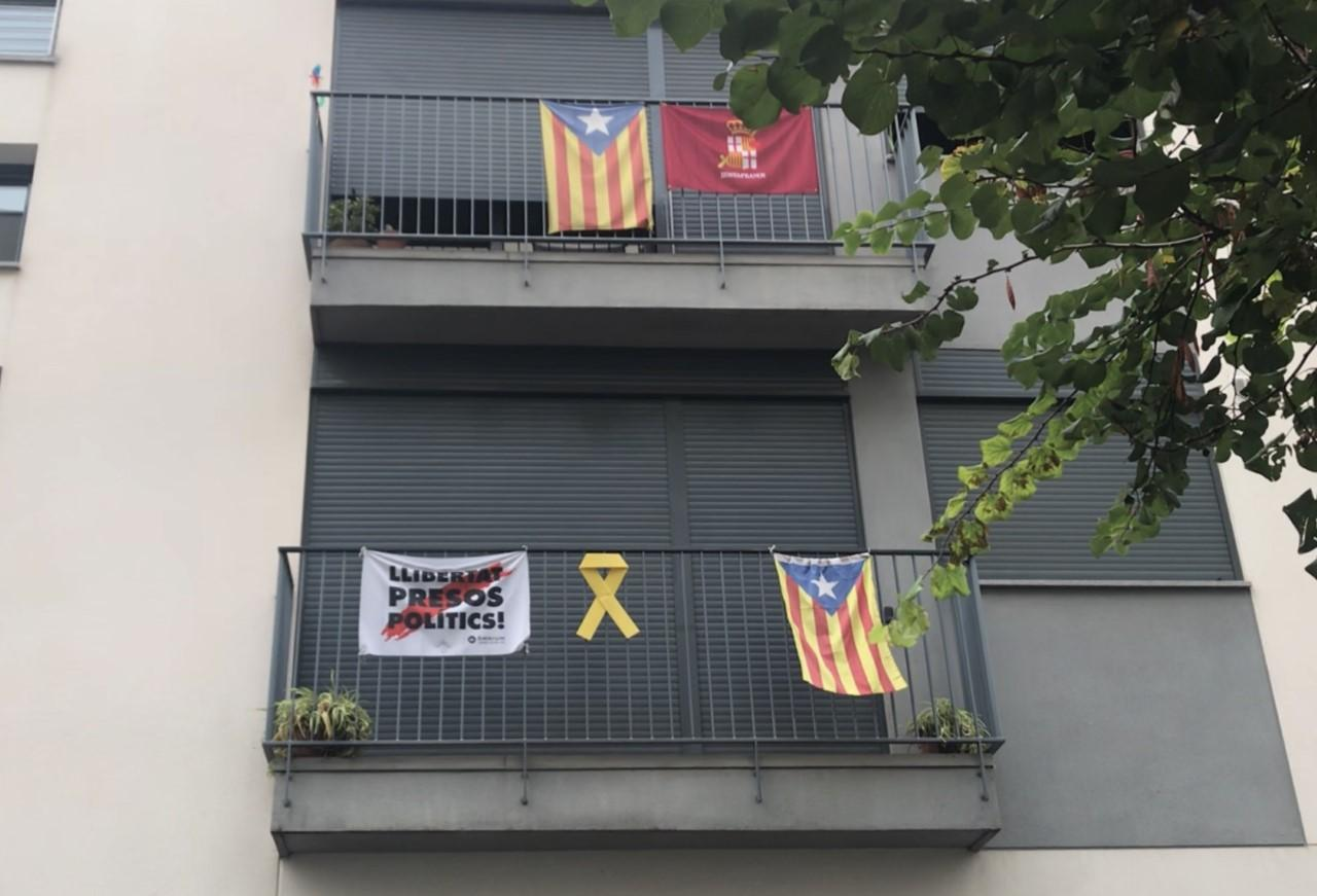 Flaggor på ett hus.