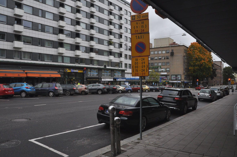 Parkerade bilar och ett trafikmärke.