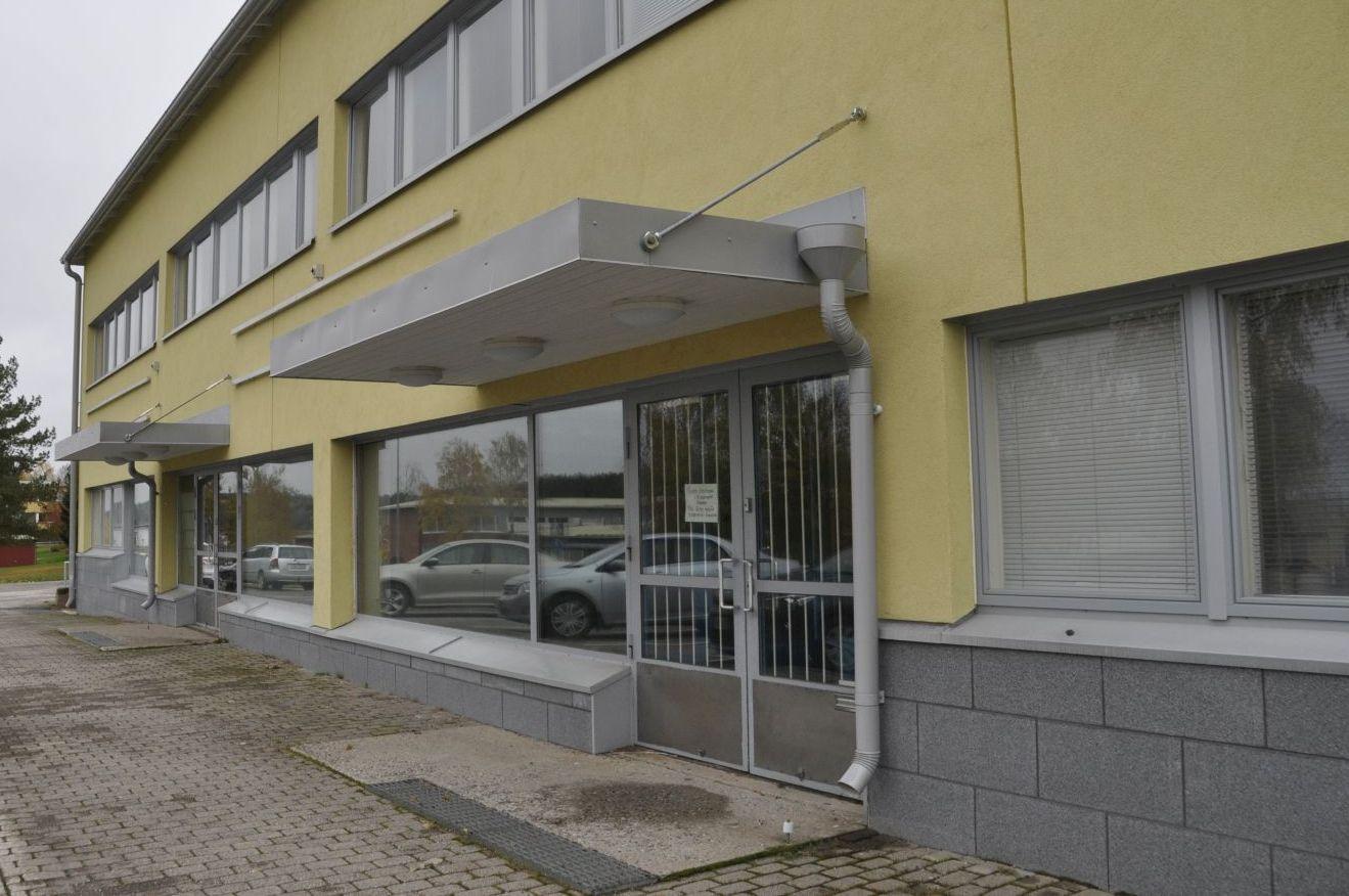 Ena ändan av en gul byggnad i två våningar