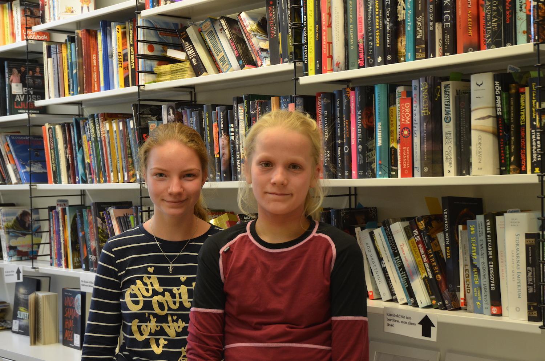 två flickor framför en bokhylla