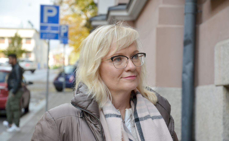 Närbild på kvinna i gatumiljö