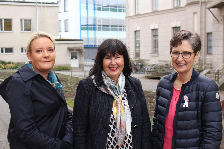 Tre kvinnor utanför sjukhus