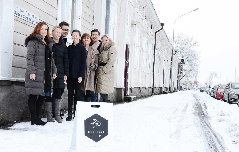 Sex personer i vintrig stadsmiljö