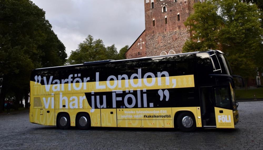 En tvåvåningsbuss framför domkyrkan