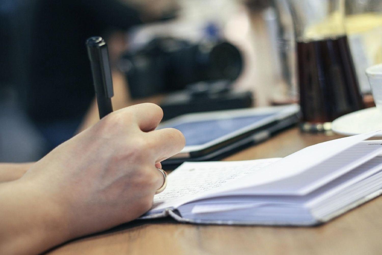 Närbild på skrivande hand