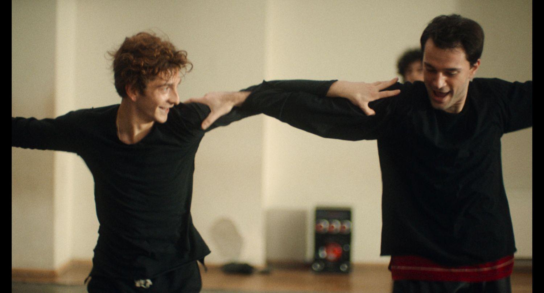 Två män som dansar.