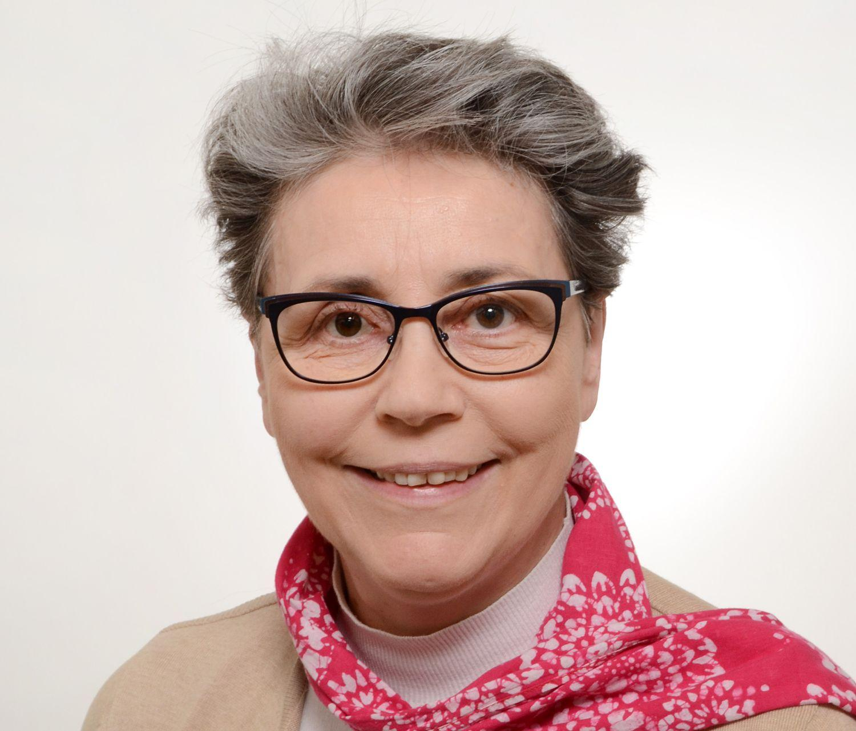 Leende kvinna med glasögon.
