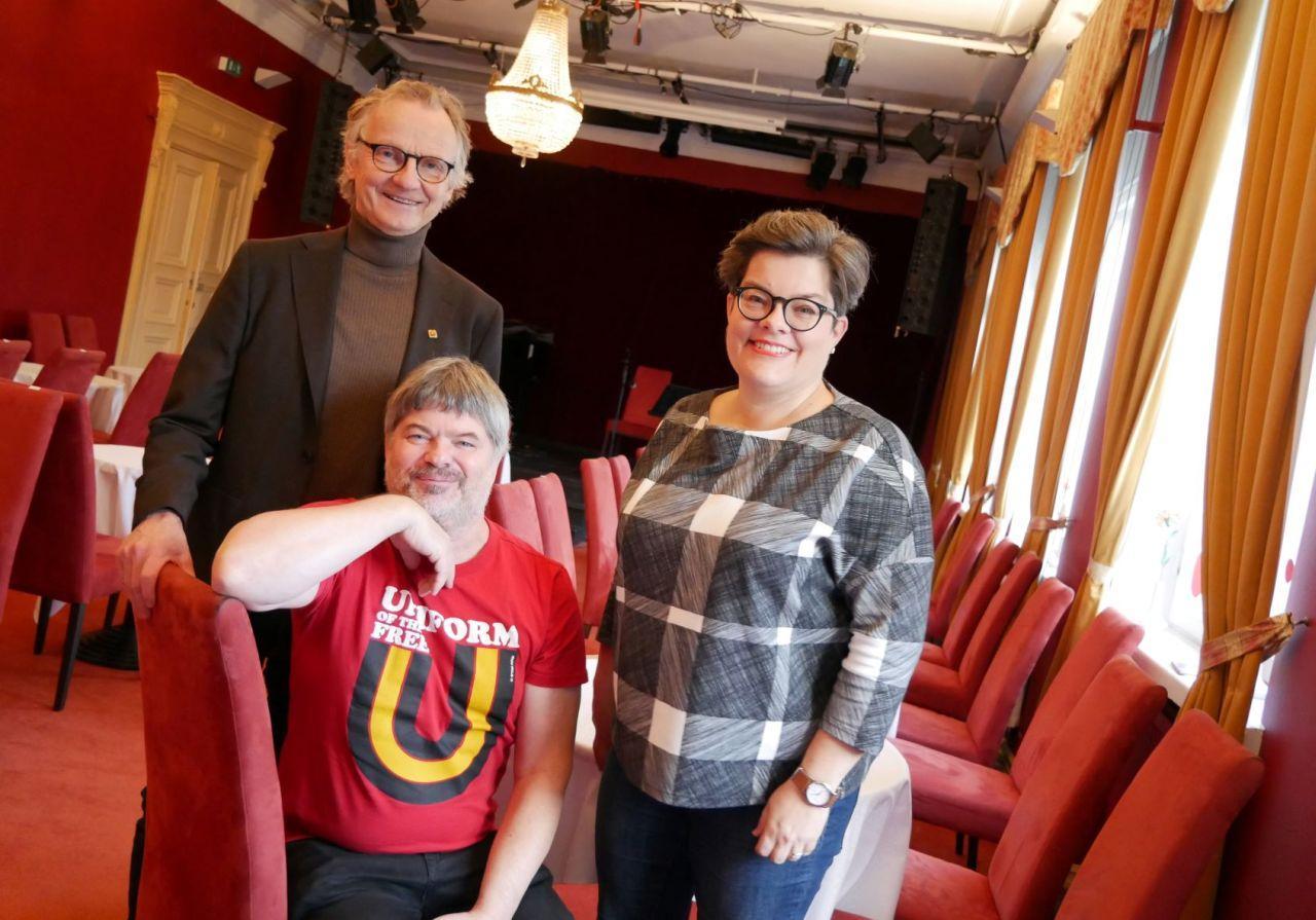 Känd serie på ny plats. Författarserien ordnas för första gången i år på Åbo svenska teater. Teaterchefen Jukka Aaltonen är nöjd, likaså Gunnar Högnäs och Anna Edgren som har varit med och arrangerat samtalsserien många år.