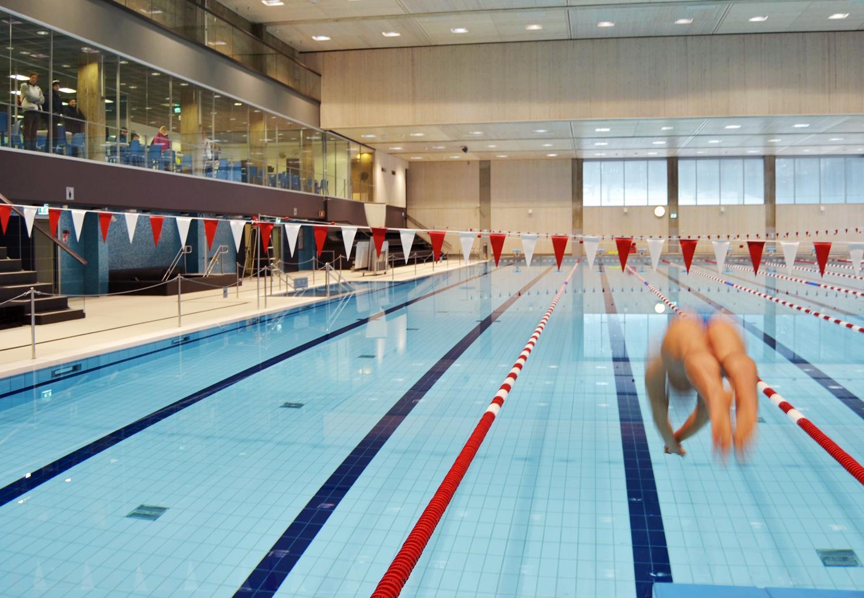 En person hoppar i simbassängen