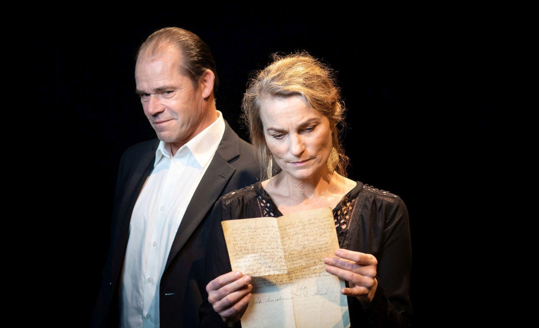 Man och kvinna med brev