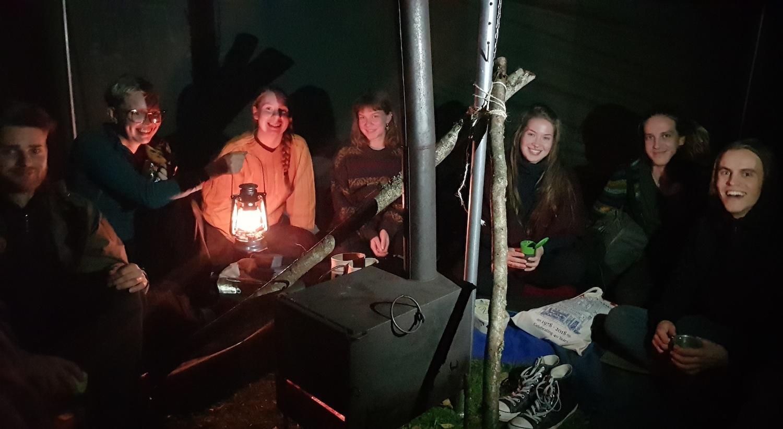 Glada ungdomar inne i ett tält